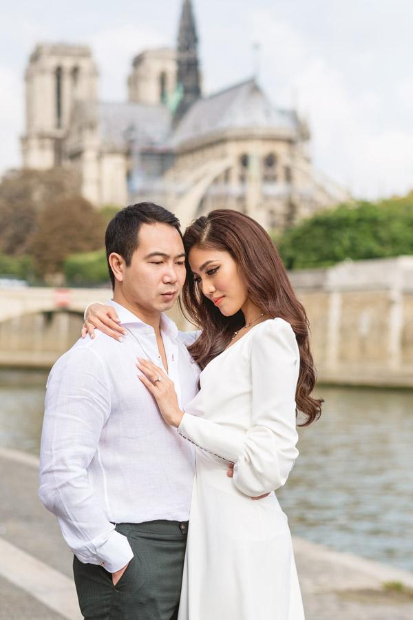 Paris-photographer-Christian-Perona-engagement-she-said-yes-Seine-quay-bridge-Tournelle-love-Notre-Dame-cathedral-portrait.jpg