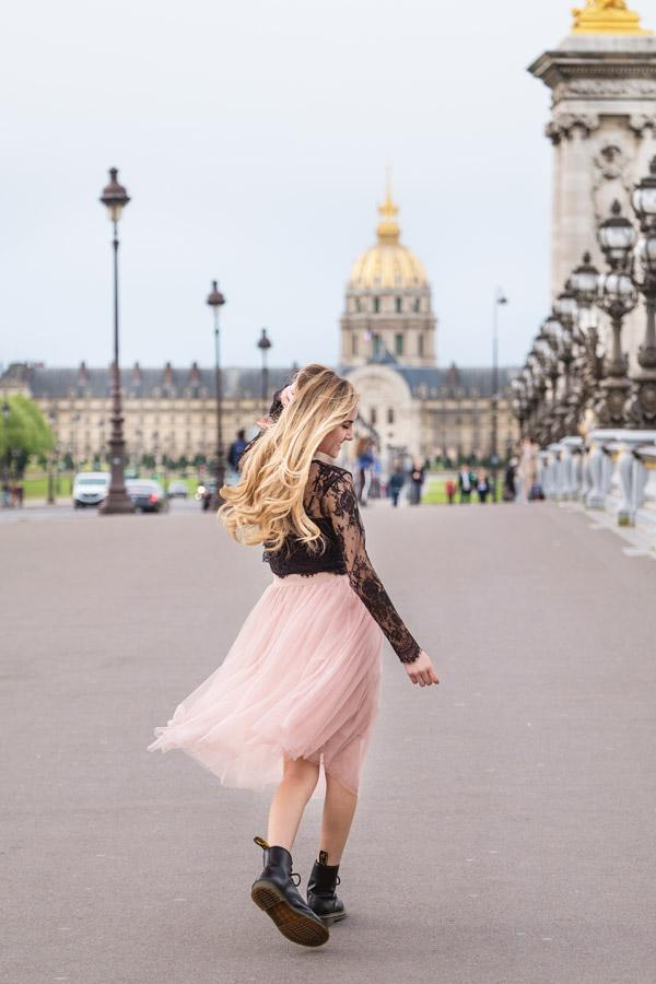Paris-photographer-Christian-Perona-solo-photoshoot-pont-Alexander-Alexandre-III-bridge-pont-golden-statue-blonde-girl-2.jpg