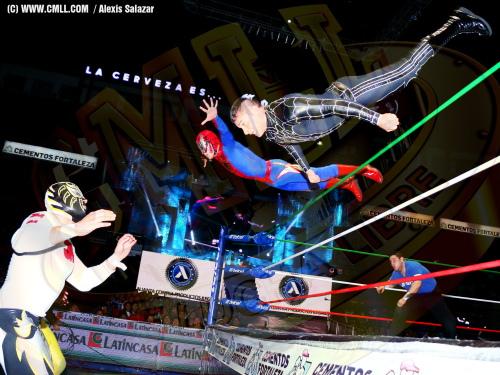Volador Jr. & Soberano Jr. dive towards La Sombra