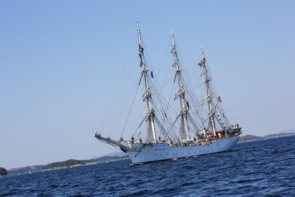 We passed a pretty famous Norwegian ship towards Stephans' place, called Christian Radich.