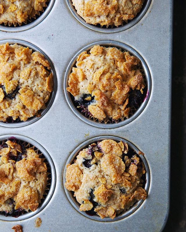 we've got your long weekend baking project planned: fluffy blueberry muffins topped with DIY frosted flakes 🙀recipe in bio!