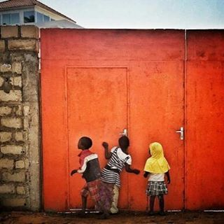 We absolutely love @janehahn picture of kids playing peek-a-boo in Dakar (retweet from Everyday Africa) #kids #love #cleanbeauty #fun #kindness #dakar #BlackSeedOil #bbloggers #Tiossan