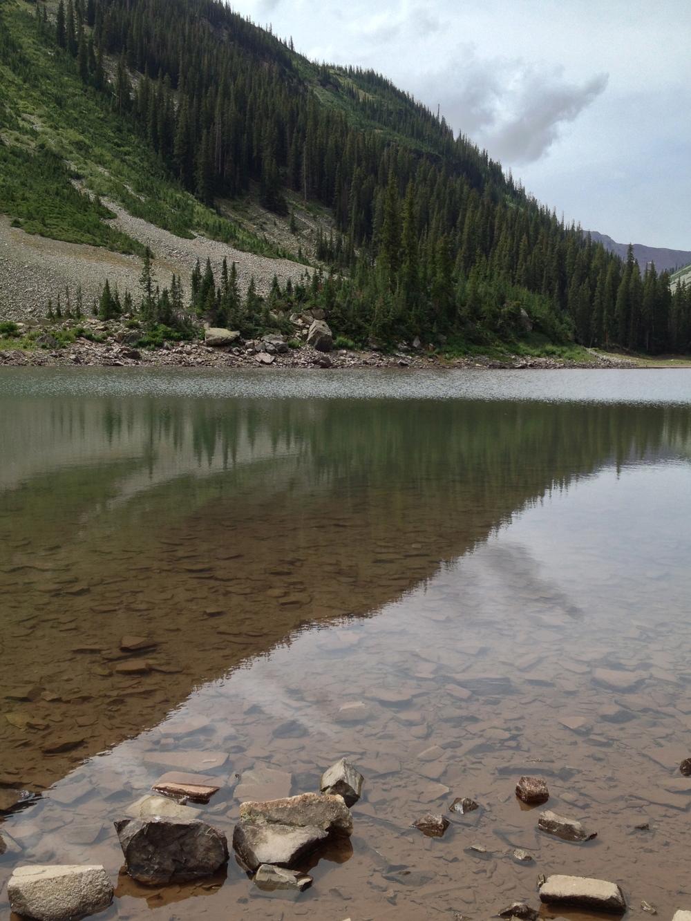 山上清澈的湖水