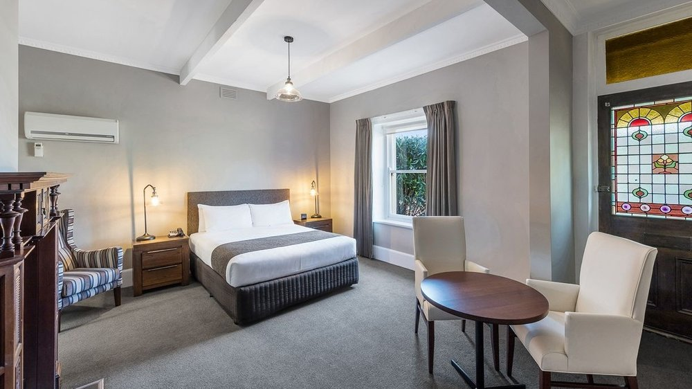 Heritage Queen - One of Warrnambool's finest guest rooms. This elegant space has been completely renovated to effortlessly combine its Art Deco origins with luxurious, contemporary soft furnishings.⨠ View Room Details
