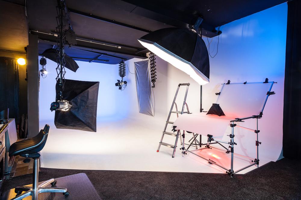 De opnameruimte met vaste rondwand en flexibele lichtopstellingen voor familiefoto's tot 20 personen, middelgrote producten en kleine producten tot op macro niveau.