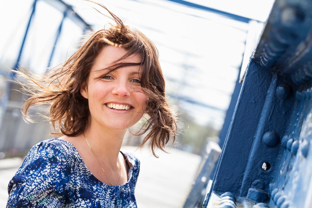 Portret van onderzoeks jounalist en programmamaker Sonja van der Sar op een herkenbare locatie in Zwolle.