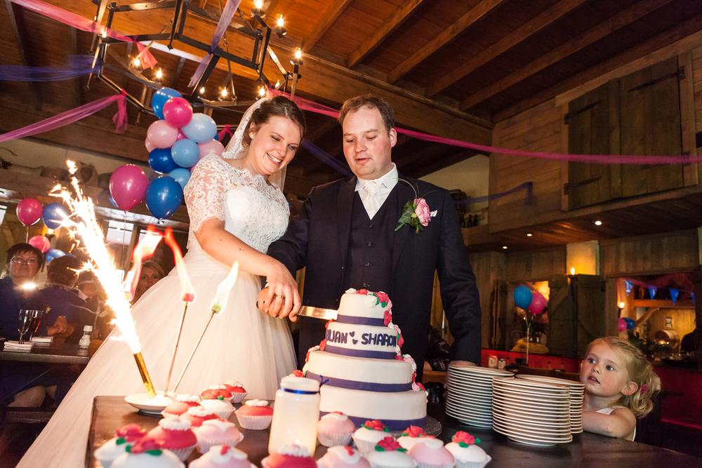 Het aansnijden van de bruidstaart bij Restaurant Jan Steen