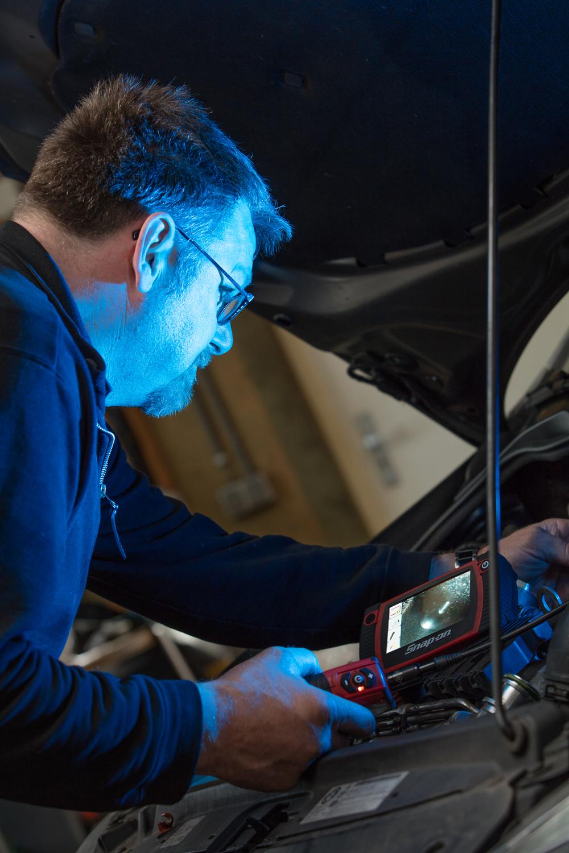 Jan Vos aan het werk met een 'Sjoemeldiesel', gelukkig voor hem rijdt niet iedereen een duurzame Land Rover.