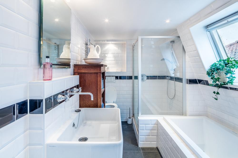 Badkamer met vernieuwde afvoeren leidingen en electra