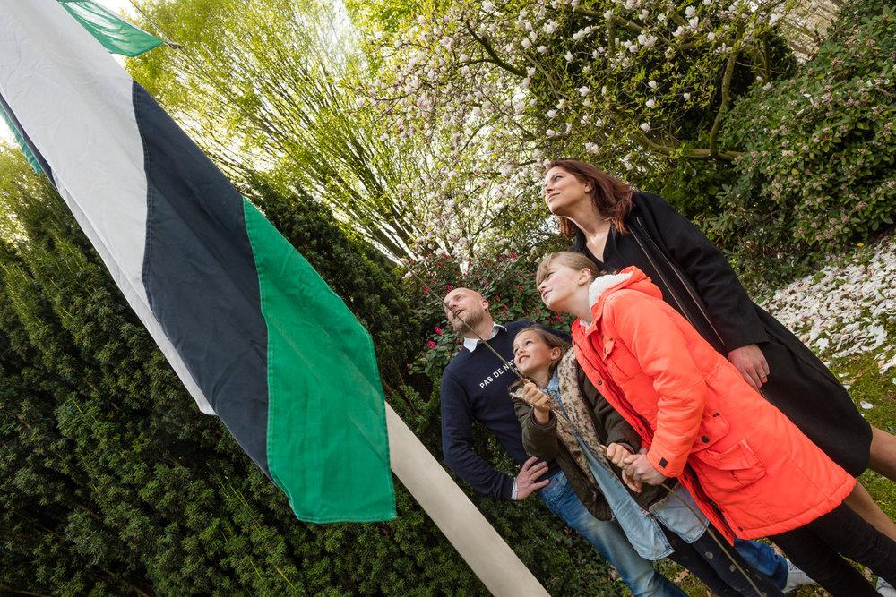 Lies en Luuke hijsen de Heinose vlag!