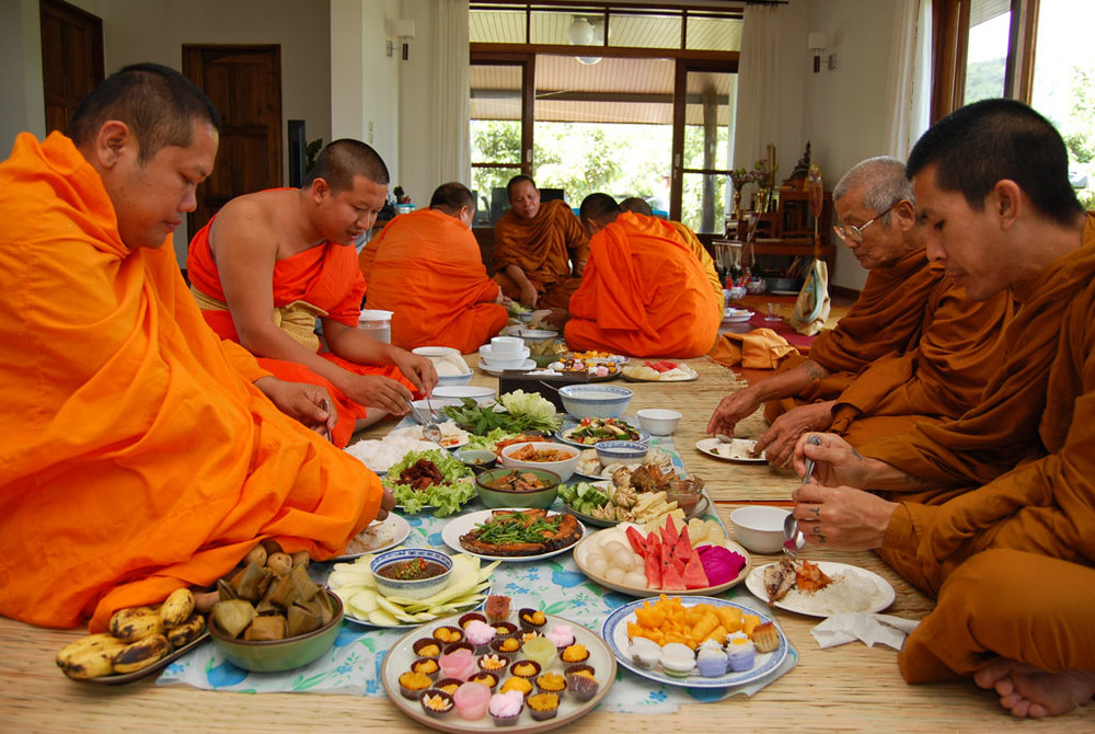 thai-monks-eating-house-blessing