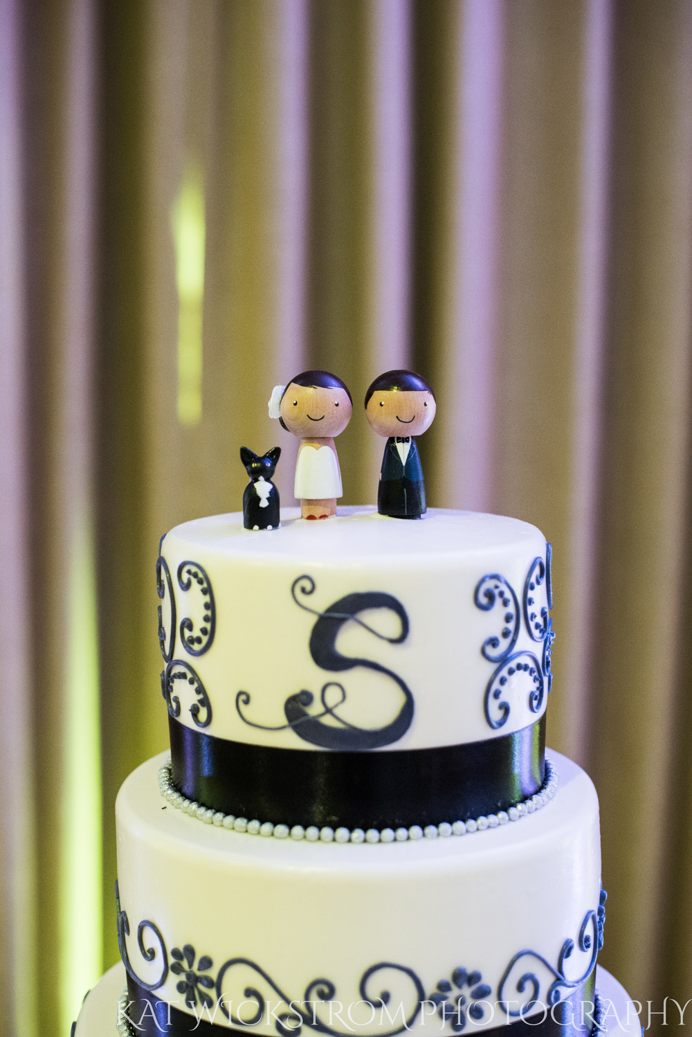 How adorable are these cake toppers made of wood people?!