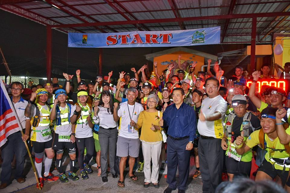 Start of the 100km race with organiser Seow Kong Ng in the middle
