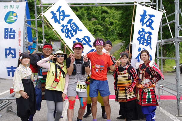 Race director Hiroaki Matsunaga (in red) is the driving force of trail running in Niigata