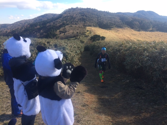Jun Kaise being greeted by pandas at the km 42 mark