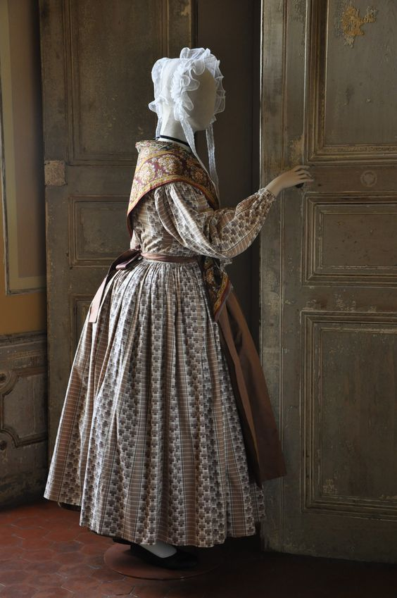 Provençal artisan dress,  1850  Photo credit:  Fragonard