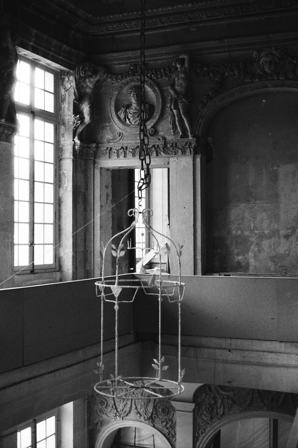 Installation of the scale model of lantern on the staircase at Hôtel Salé, November 1982 Digital reproduction after an original photo negative ©Laurence Berthon-Marceillac/ Musée national Picasso-Paris
