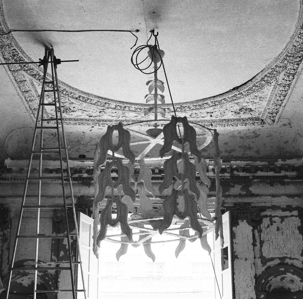 Installation of the second scale model of the pendant with «folliage motive» at Hôtel Salé, 20 September 1984 Digital reproduction after an original photo negative ©Laurence Berthon-Marceillac/ Musée national Picasso-Paris