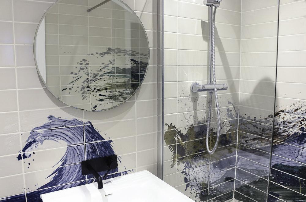 Reiko Kaneko bathroom glazed tiles ©Reiko Kaneko