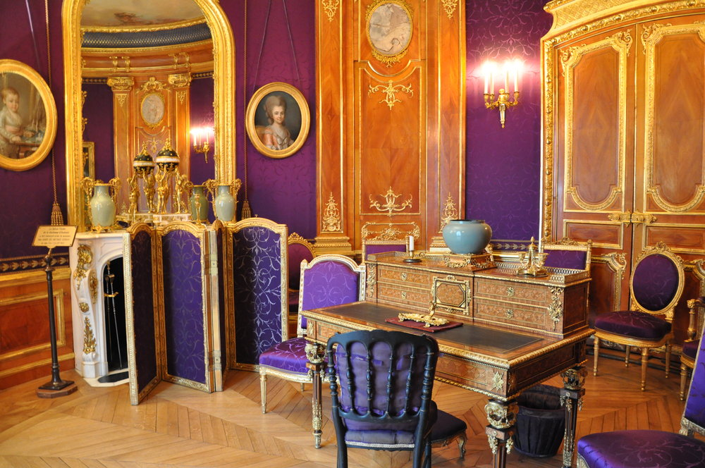 The Violet Salon © Grand Palais Domaine de Chantilly  The chairs and armchairs made by Alexis Ternisien combine the Louis XV and Louis XVI styles with more modern forms. The chairs are the precursors of what would become the ' Empress style' , reminding of the seats that Georges Jacob had designed for Marie-Antoinette.