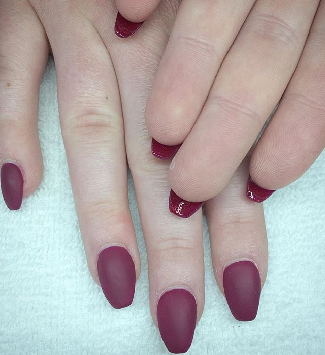 📷 camera couldn't capture it, but the undersides are a sparkly red! On top of matte burgundy 👌💅🏻✨