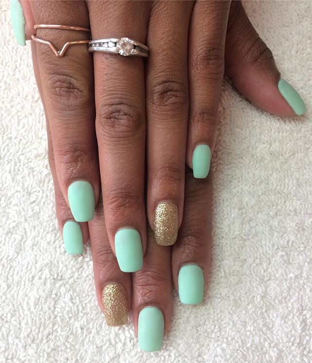 Mint and gold glow in the dark set 😻 #notd #glitterismyfavoritecolor #gelnails #glowinthedarknails #lcncanada