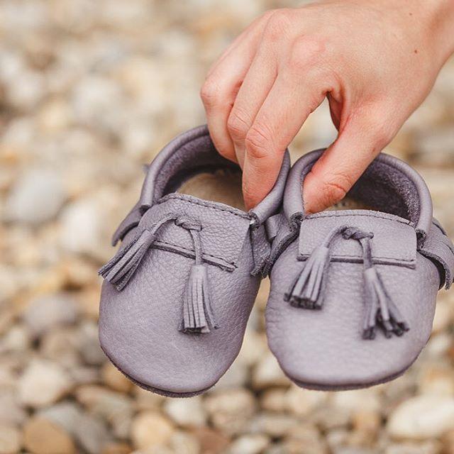 Stylové kožené botičky. Každý kus je originál. Vyrobeno na Slovensku, link v profilu. // Stylish genuine leather moccasins. Handmade in Slovakia. Link in profile #vyrobenorukama #pravevanoce #prodeti #boticky #moccasins #leather #xmas #forkids #babyshoes