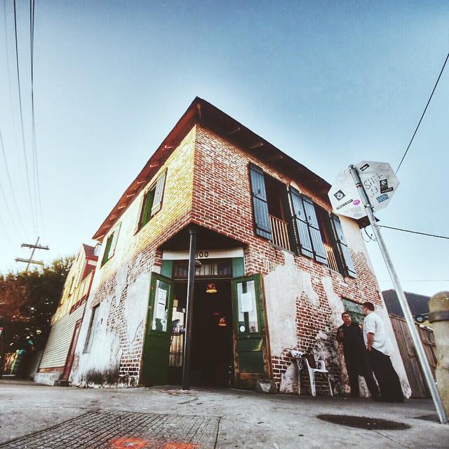 Una de la mejores experiencias en New Orleans @ Bacchanal Wine: Son tres negocios independientes en un solo lugar es un wine shop en la entrada, una barra en el segundo piso y comida y música en el patio.El mejor butter sampler que probado, sí, mantequilla de sampler!  Link:http://www.bacchanalwine.com