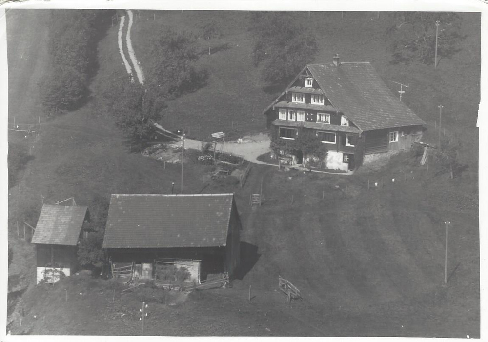 Bauernhaus Müserberg 1 vor der Renovation und alter Stall mit Silo