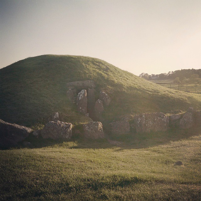 Working on a large production list today and dreaming of being here! Bryn Celli Ddu burial chamber at sunset. #sunset #sun #ruins #nature #pretty #beautiful #red #orange #history #burialchamber #sky #skyporn #cloudporn #nature #clouds #horizon #photooftheday #instagood #gorgeous #warm #view #silhouette #instasky #all_sunsets (at Anglesey)