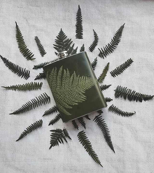 A little rework of our fern leaf flask - hand engraved on green leather and in a nice big 8oz size. We are always happy to change things up, so if you have something in mind or prefer a different material - get in touch! . . . . . . . . . #livefolk #whisky #whiskey #instagood #makersgonnamake #handsandhustle #thehappynow #liveauthentic #nothingisordinary #livethelittlethings #justgoshoot #darlingmovement #visualsoflife #abmlifeiscolorful #neverstopexploring #artofvisuals #lifeofadventure #abmlifeissweet #exploretocreate #flora #thatsdarling #calledtobecreative #createexplore #botany #fern
