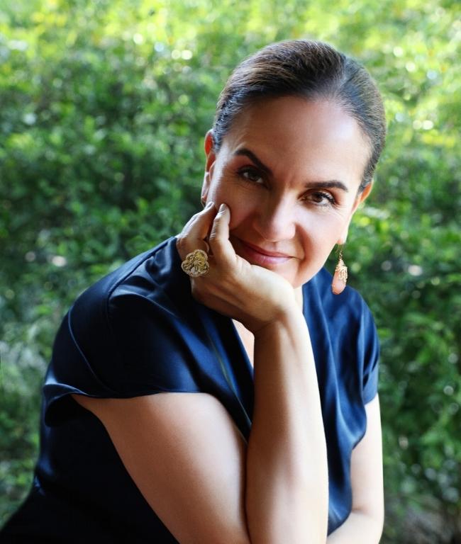 SANDRA DIXON STUDIOS portrait OUTDOOR.Med Rez.jpg