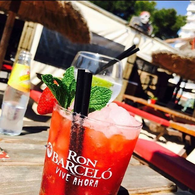 An ice cold cocktail in the sunshine this Easter weekend 😁👌☀️🍹 #cocktails #strawberrymojito #magalufbeach #magaluf #piratesbeachbar #mallorca