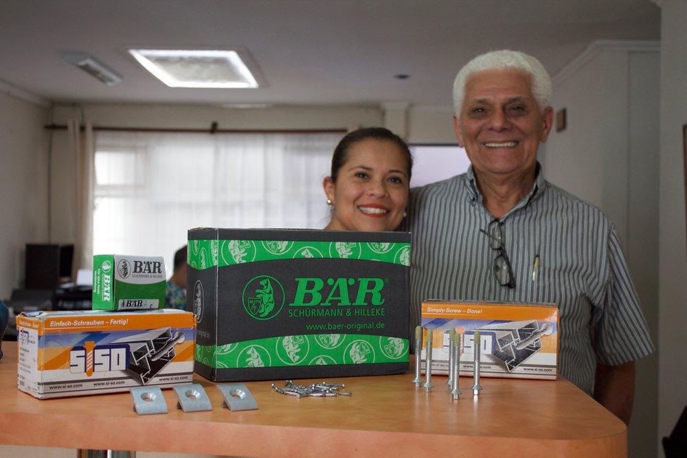 Vanessa Meléndez y Rafael Meléndez, de Servicios Centroamericanos, muestran parte de los productos que ya tienen en el mercado. Uno de los más novedosos es Siso, que son estructuras para páneles solares.
