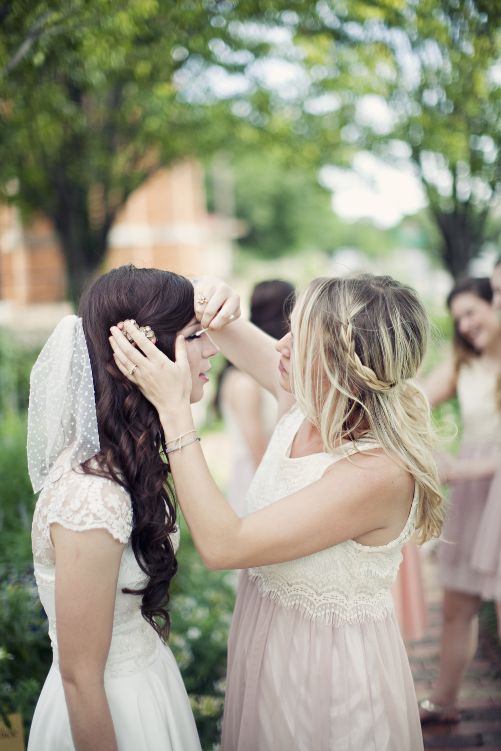 Bride Fixing Make Up | thegreatgoodness.com