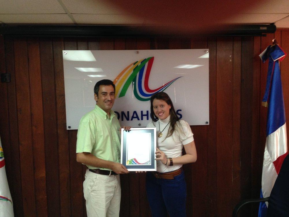 Asonahores hace entrega del premio al mejor stand en la categoría de soluciones energéticas al Ing. Jose Luis Fdez., Dtor. Técnico de C2P