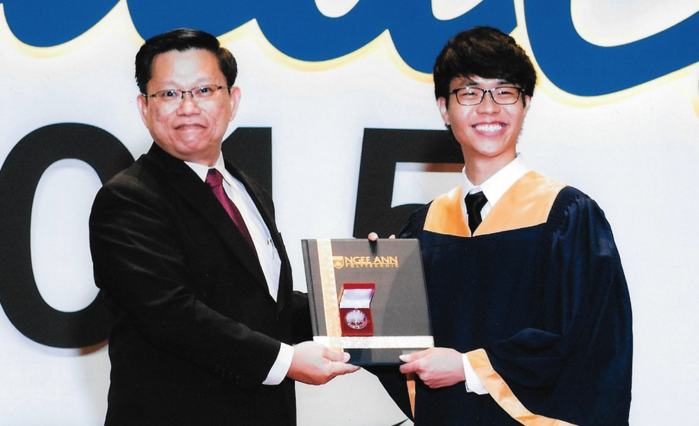 Huang Junyuan receiving the Xilinx Silver Medal & Prize