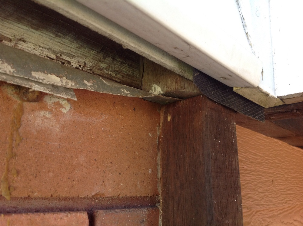 An addition to this property has resulted in the ant capping being compromised, you can clearly see that the ant cap does not completely cover the new vertical cover strip, causing an easy passage for termites to get in undetected.