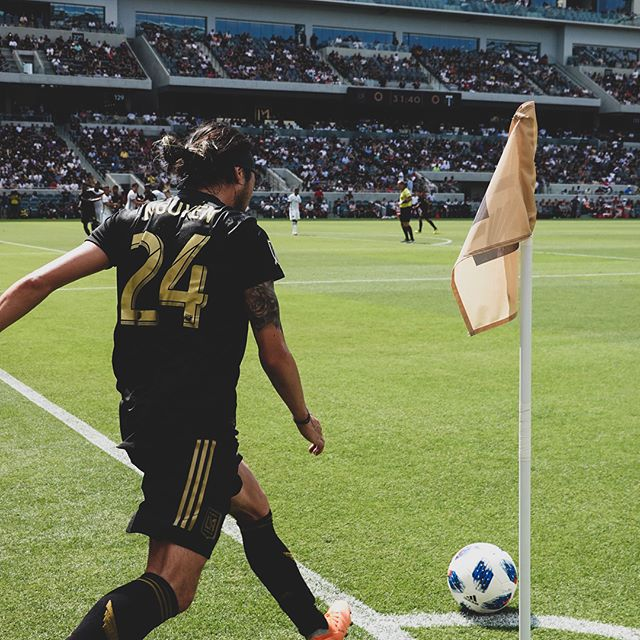 Anatomy of a corner kick: an introspective piece by @leenguyen24 // @lafc v @timbersfc // @bancofcaliforniastadium @lafc3252 // #lafc #lafcvpor #mls #soccer #lafcoriginal #football #futbol //