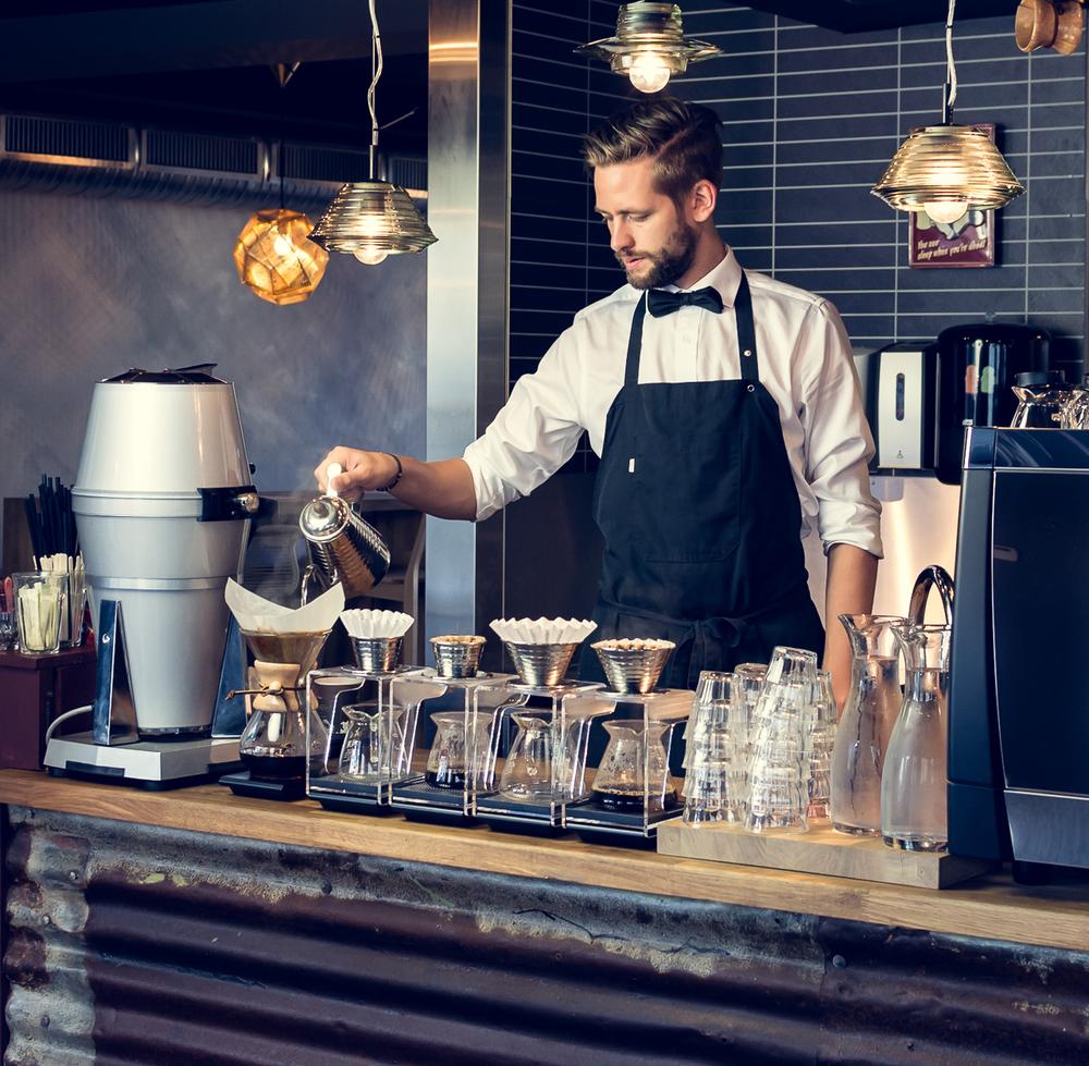 Arne Risø Nilsen brygger kaffe med Chemex og Kalita Wave. Foto: Bjørn Joachimsen/Lundblad.