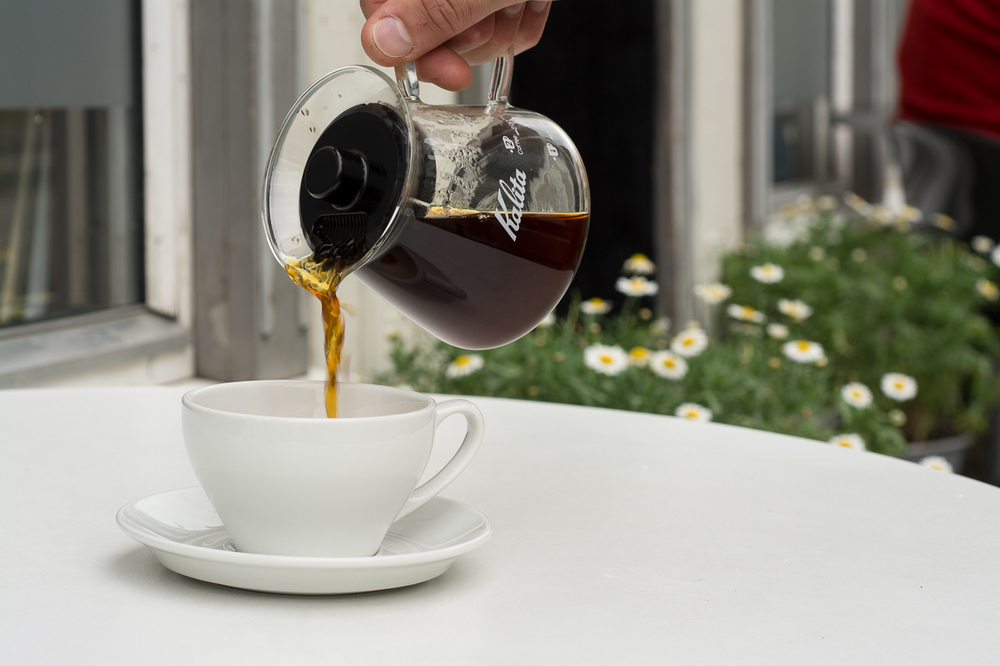 I sommerhalvåret kan du nyte håndbrygget kaffe på vår uteservering. Foto: Bjørn Joachimsen/Lundblad.