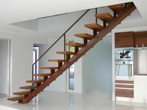 Лестница с центральным металлическим косоуром