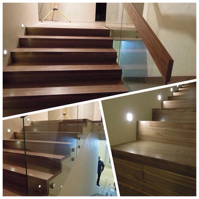 Ореховая отделка бетонной лестницы. Орех прекрасен, лестница современная и аккуратная.