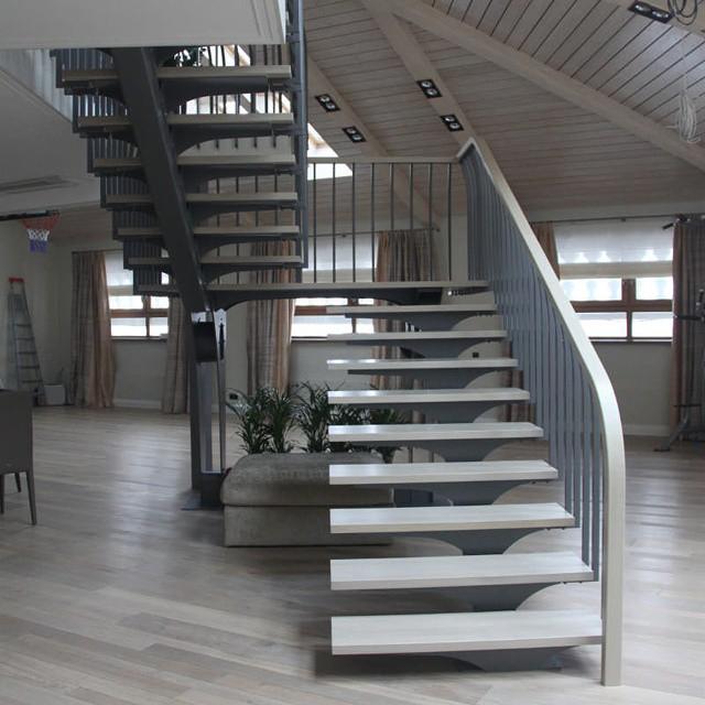Дизайнерская лестница на центральном металлическом косоуре. 2014 г., Москва.