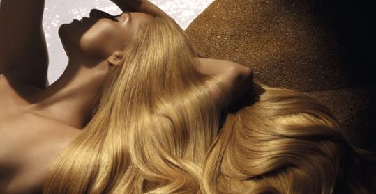 """Sommer im Haar - Stefan M. Pauli im Interview mit Beauty Zoom Nicht nur unsere Haut leidet im Sommer unter starker Sonneneinstrahlung – auch unsere Haare sind empfindlich und können Schäden davontragen. Nach dem Baden im Salz- oder Chlorwasser sollte man die Pflege nicht vernachlässigen und den angegriffenen Haaren eine Extraportion Aufmerksamkeit schenken. BeautyZoom: Bevor es überhaupt in die Sonne geht – wie kann ich mein Haar vor Sonnenschäden schützen? Stefan M. Pauli: Am besten einen schönen großen Hut kaufen. Je weniger Sonne aufs Haar kommt, desto besser. Spezielle Pflegeserien wie """"Soleil"""" von Kérastase (ab ca. 16 Euro) schützen allerdings auch sehr gut und sind dringend notwendig. Verbrennungen an der Haut spürt man schmerzlich – doch beim Haar merkt man es erst sehr spät, wenn das Haar schon ziemlich Schaden genommen hat. Da das Haar nicht heilt, sollte es gut geschützt und gepflegt werden. Am wichtigsten ist intensive Feuchtigkeit in Verbindung mit stärkenden Proteinen. BeautyZoom: Gibt es auch ein Zuviel an Pflege – speziell im Sommer? Stefan M. Pauli: Von guter Pflege kann das Haar nie zu viel bekommen, doch man kann auch zu viel Pflege verwenden. Dies ist dann leider nur Verschwendung, denn das Haar nimmt sich eben nur so viel, wie es aufnehmen kann. Der Überschuss landet im Abfluss. Achten Sie daher auf die richtige Wahl der Pflegeprodukte, die den Bedürfnissen der Kopfhaut und Haaren entsprechen. BeautyZoom: Folgender Fall: das Haar ist durch Sonne ausgetrocknet und ausgeblichen. Wie pflege ich sonnenangegriffene, stumpfe Haare? Was sollte man bei Blondem, rotem und dunklem Haar beachten? Stefan M. Pauli: Der erste Schritt ist ein intensiver Strukturaufbau. Denn poröses Haar ist wie eine Leiter ohne Sprossen und wo kein Halt da ist, hält auch keine weitere Pflege. Ein Olaplex-Service gibt wieder Kraft im Haar-Inneren. Außerdem braucht das Haar Proteine, die die Keratin-Fasern des Haares wieder kitten (z.B. """"Therapist"""" von Kérastase) und dann wie ges"""