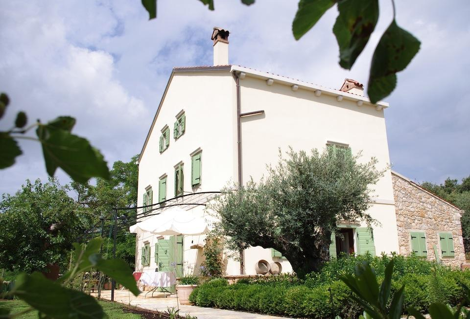 The class and accommodation will take place at the Stanzia Castellani, a renovated 17th-century farmhouse (with 6 twin or double bedrooms and 5 bathrooms) located at the southern tip of Cres island. The house is surrounded by an organic farm (with hundreds of olive trees, figs, pomegranates, almonds, jujube, rosemary, lavender, helichrysum...); the farm is surrounded by a dense, wild, untouched forest; the forest is surrounded by the Sea (15 minutes away).