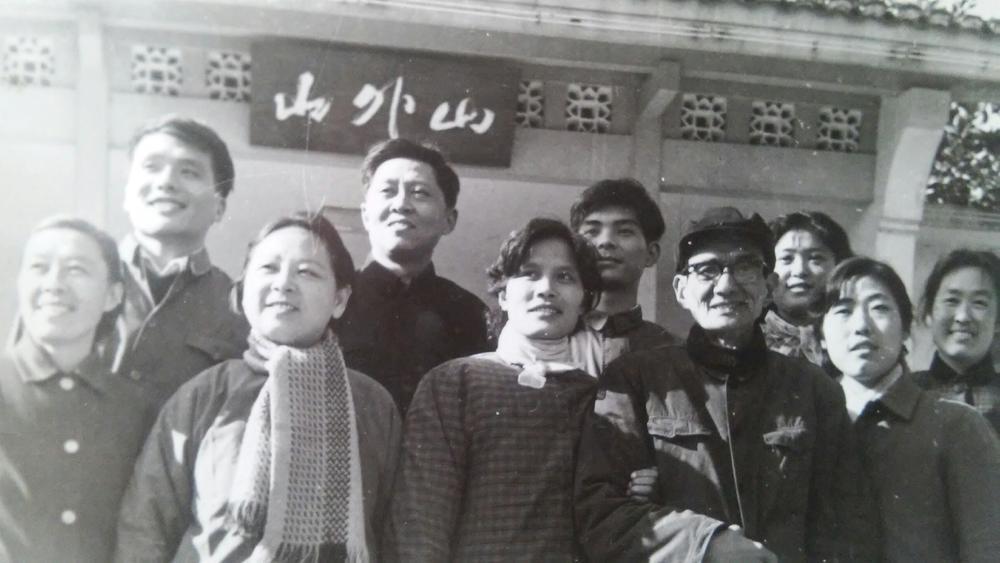 陈老师和浙江大学附属中学的同事们在一起,1980年
