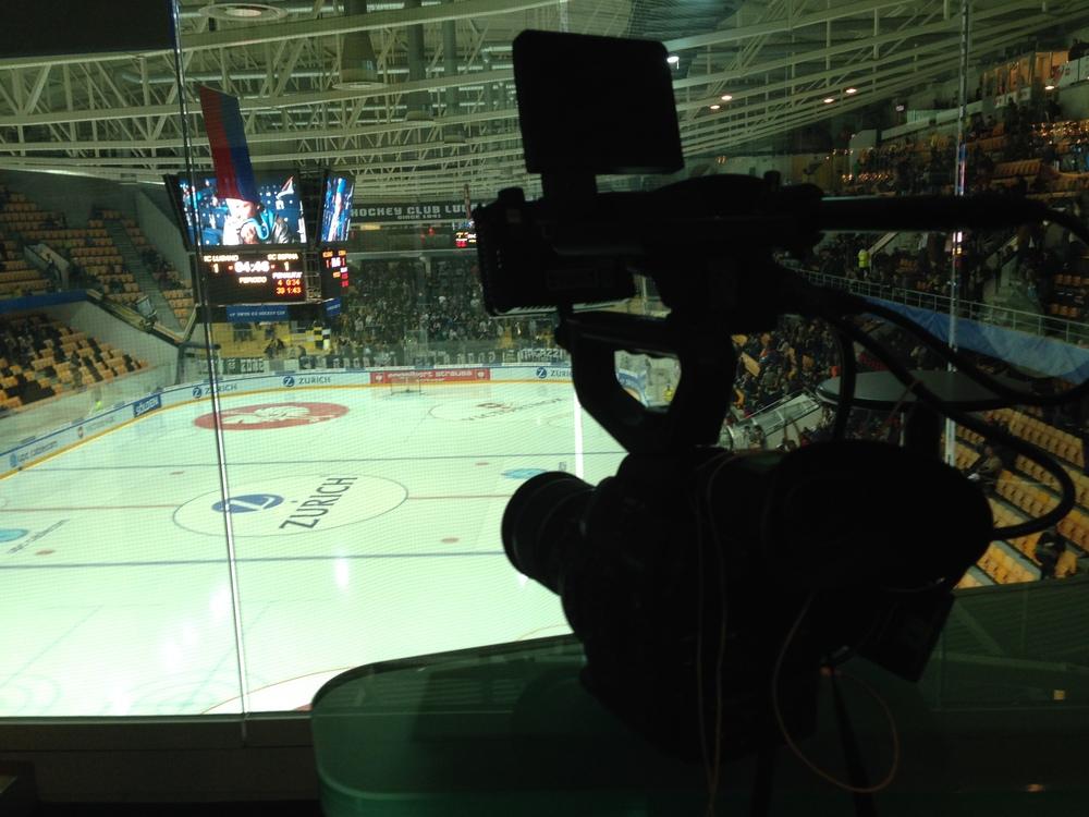 Der Blick aus der VIP-Lounge auf das Eisfeld des HC Lugano vor dem Spiel.