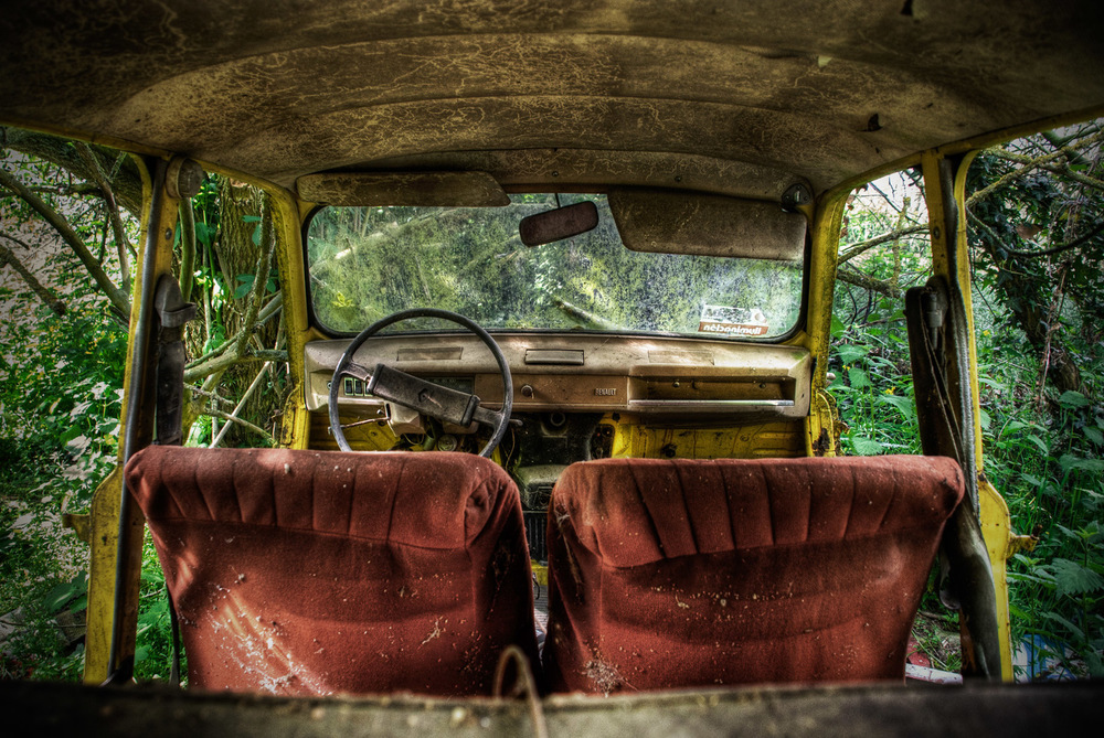abadoned-car-in-the-forest.jpg