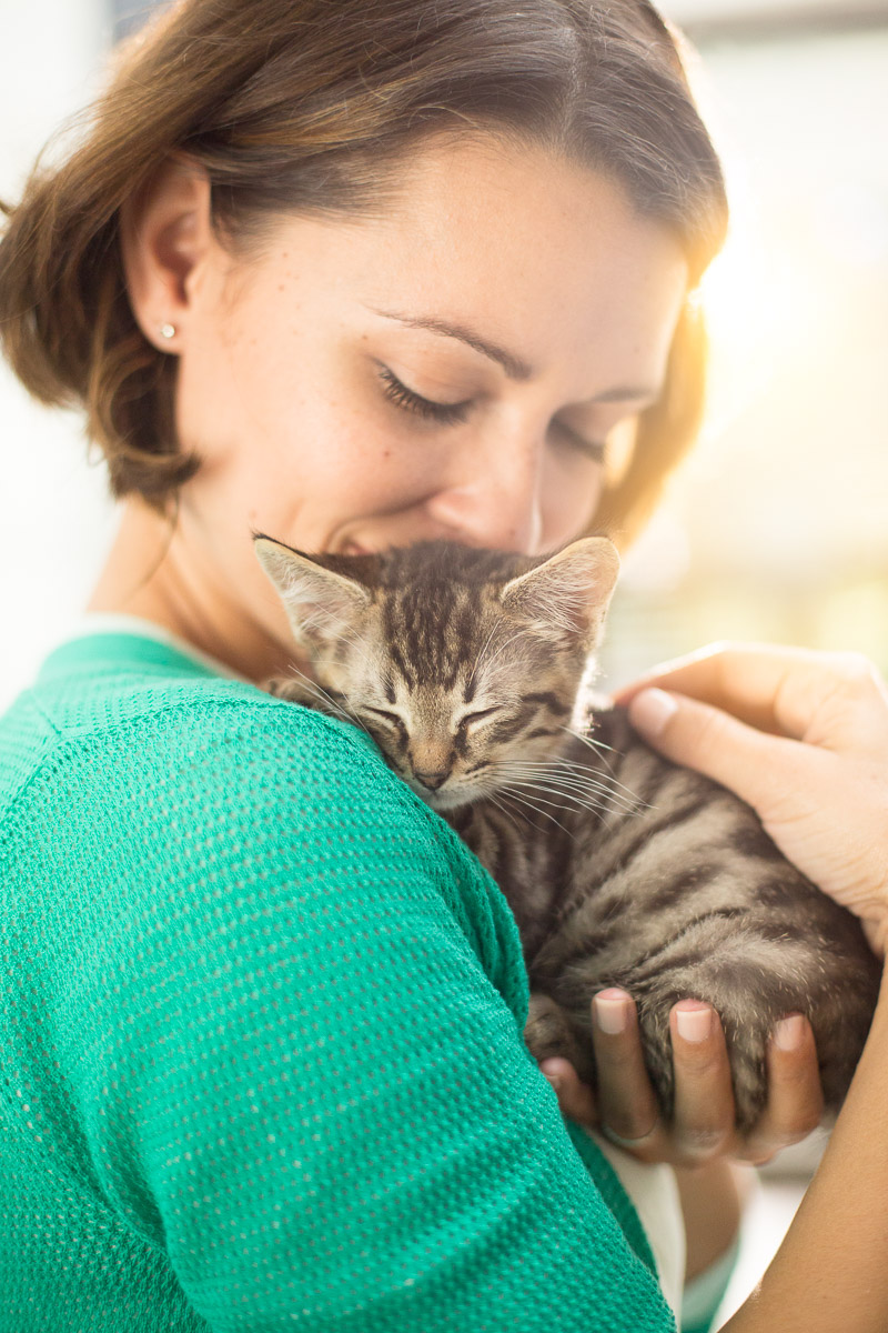 woman-hugging-little-cat-pet-photographer-los-angelesjpg.jpg